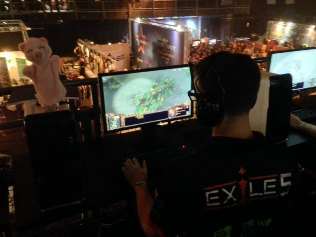 Exile5's PiG playing EG.JaeDong on the main stream. Note the mascot!